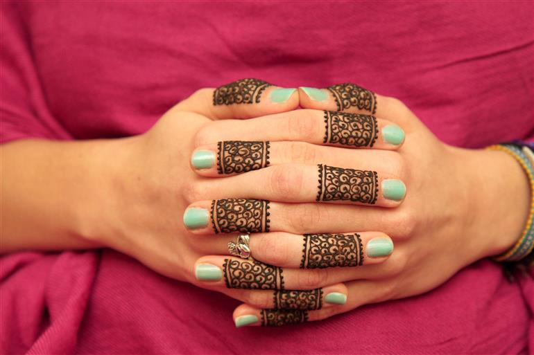 Mehndi Hands With Mobile : Mehndi services useful ideas tips & advice sulekha
